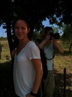 Kristin under trädet i Afrika
