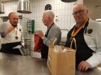Herr ordförande Berndt provsmakar enligt Svens instruktioner