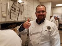 Kvällens värd - Johan ger tummen upp för arbetet i köket