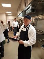 Carl-Olof läser recept och funderar